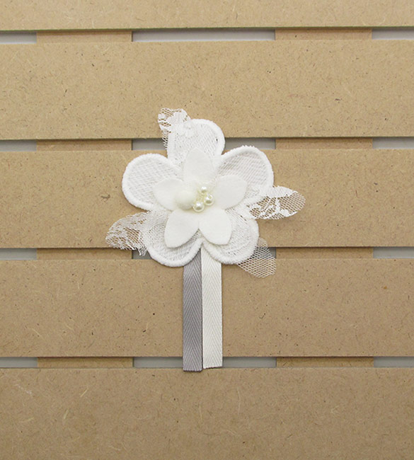 Flor em tecido branco